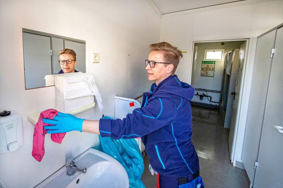Vor allem auf Baustellen sind Denise Wagner und ihre Kollegen wegen Covid-19 häufiger im Einsatz. Die Sanitäranlage an der Heinz-Steyer-Straße wird beispielsweise täglich gereinigt, Seife, Papierhandtücher und Toilettenpapier aufgefüllt.