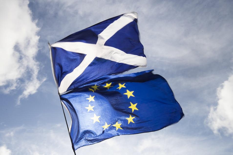 Die Flaggen von Schottland und Europa wehen im Wind.