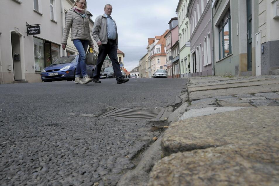 So sah dieser Abschnitt der Berliner Straße in Großenhain noch 2016 vor der Sanierung aus: Auch die Gehwege waren schadhaft.