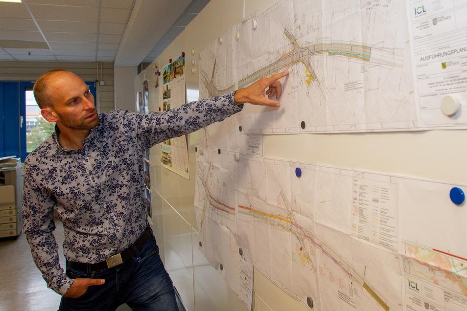 Ralf Berger vom Lasuv erklärt an der Karte die nächsten Arbeiten an der Kreuzung der B 170 bei Real und Obi bis zur Windbergstraße in Bannewitz.