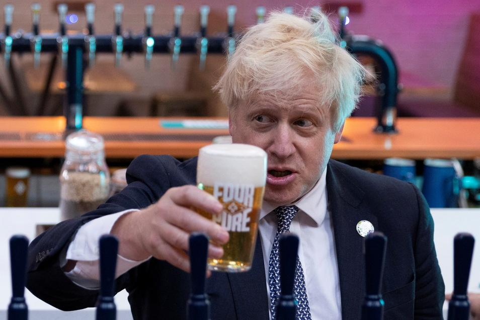 Der britische Premier Boris Johnson bei einem Brauerei-Besuch