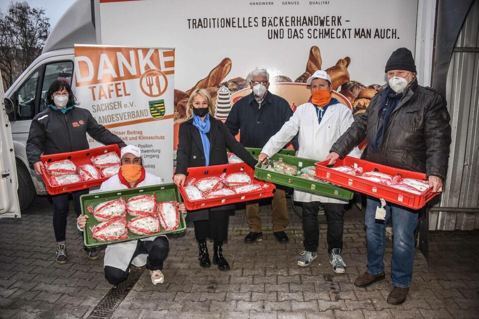 Vertreter der Tafeln in Ostsachsen haben sich die Stollen am Dienstag bei der Bäckerei abgeholt.