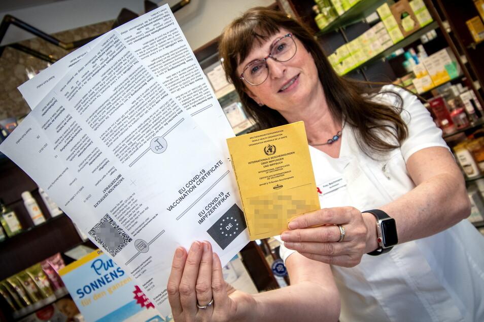 Andrea Bachmann, Inhaberin der Löwen-Apotheke Roßwein, hat am ersten Tag bereits zahlreiche digitale Impfpässe ausgestellt.