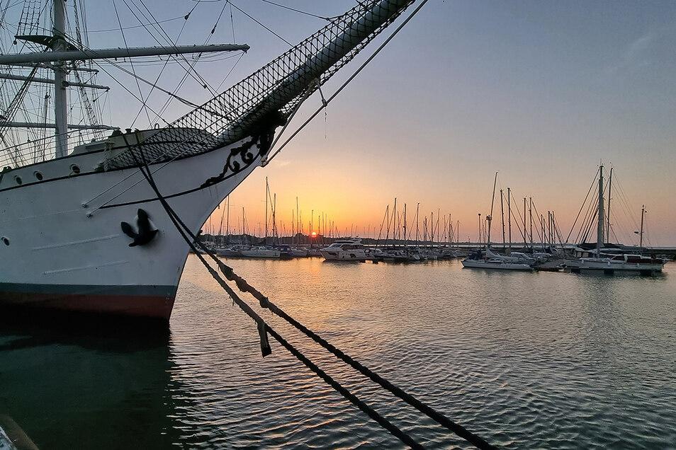 Abendstimmung im Hafen von Stralsund: Das 1933 gebaute Segelschulschiff Gorch Fock I kann heute besichtigt werden.