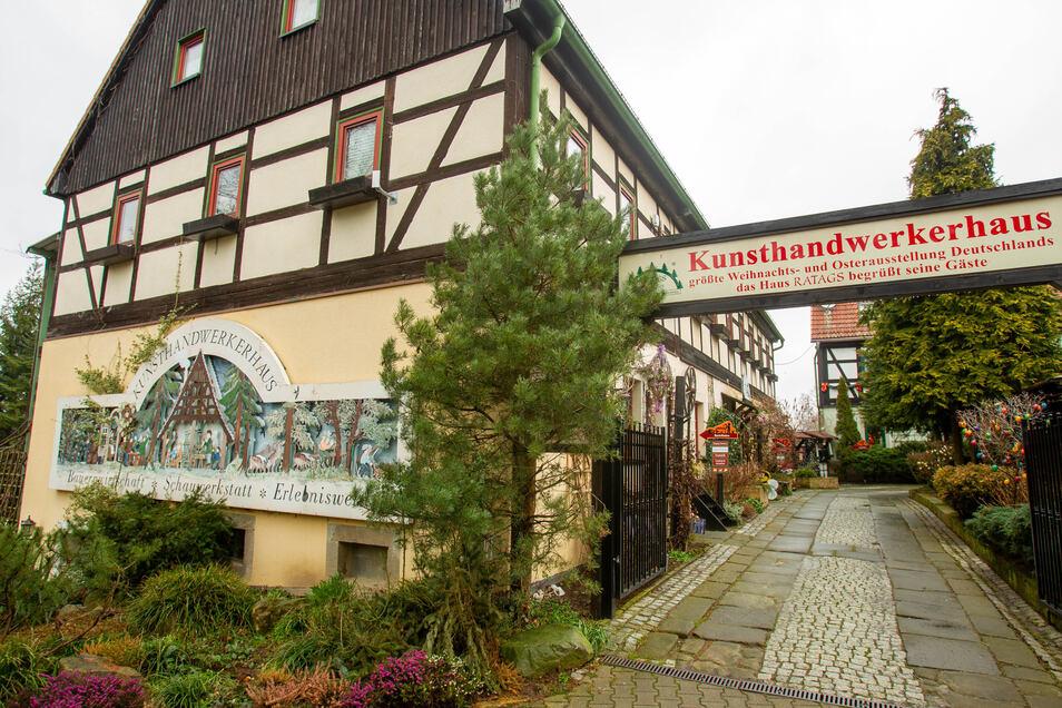 Außenansicht des Kunsthandwerkhaus Ratag Holzdesign in Langenwolmsdorf.