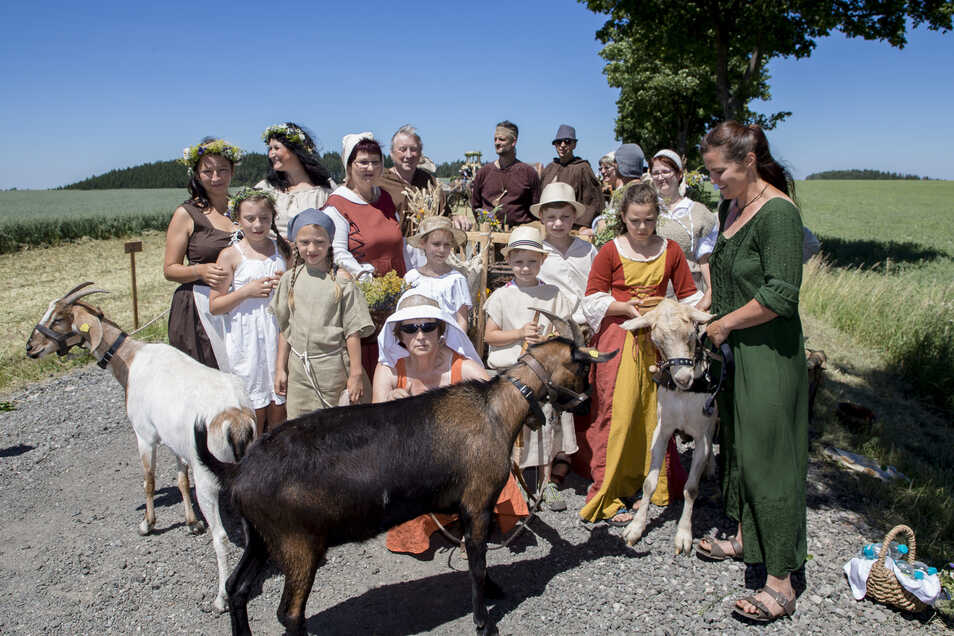 Die ersten Siedler in Reichstädt während des Festumzuges, stilecht mit Ziegen.