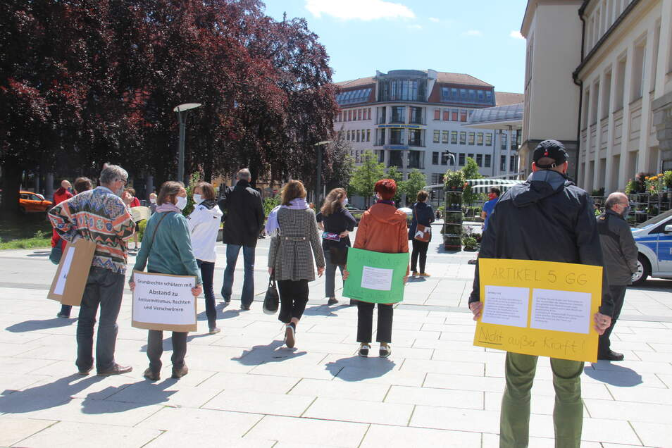 Protest gegen die AfD-Kundgebung in Bautzen: Demonstranten wandten der Partei demonstrativ den Rücken zu.
