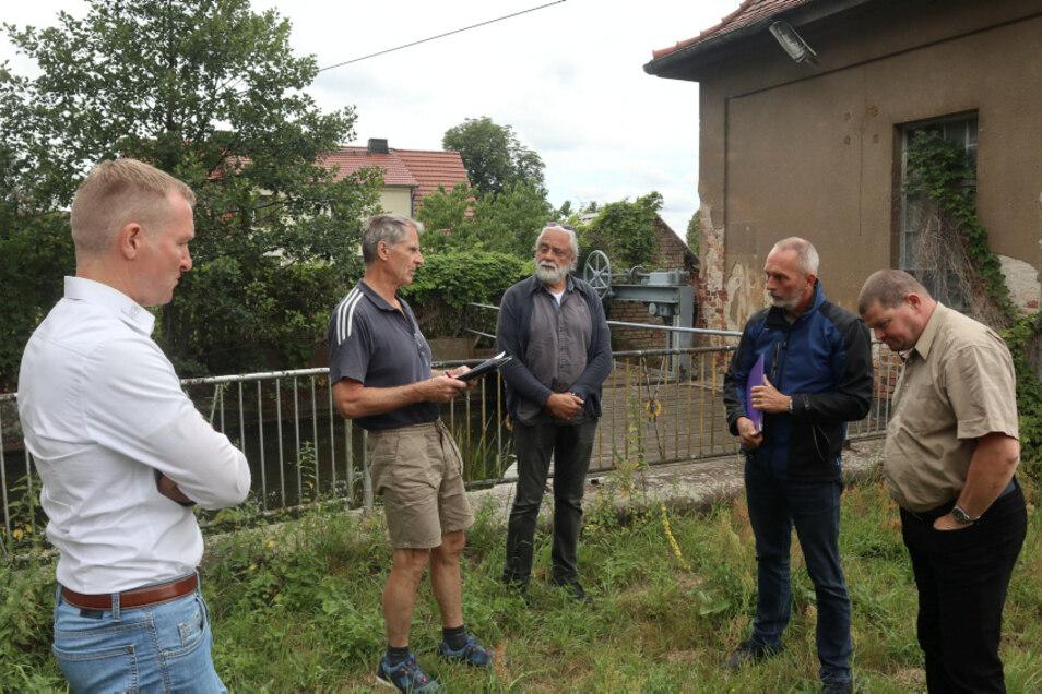 Bereits am 17. Juli gab es einen Vor-Ort-Termin am Turbinenhaus Weißkollm. Lohsaer/Weißkollmer und Vertreter der Landestalsperrenverwaltung (LTV) diskutierten intensiv.