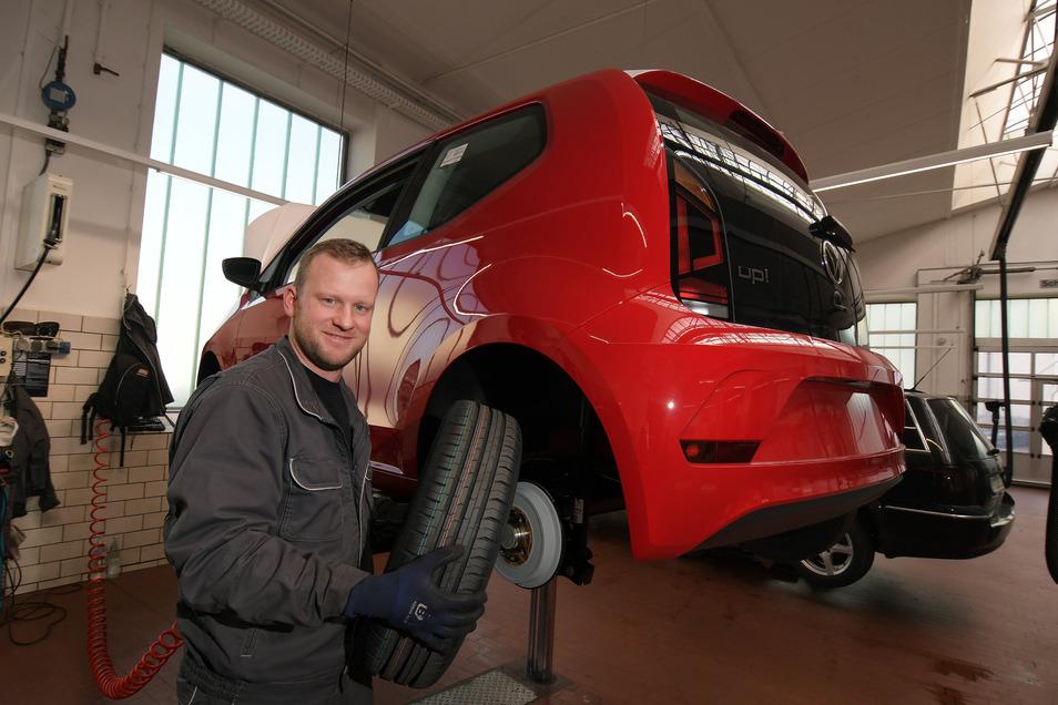 René Kralapp wechselt im Autohaus Döbeln Räder. Die Werkstatt hat geöffnet. Trotzdem sind die Kunden derzeit zurückhaltend.