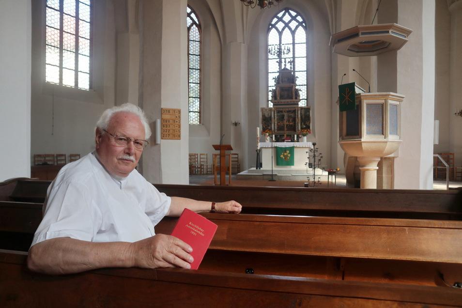 Friedhart Vogel (80) war 1985 bis 2006 Superintendent des damaligen Evangelischen Kirchenkreises Hoyerswerda. Bei den fremdenfeindlichen Ausschreitungen 1991 setzte er sich mit für Deeskalierung und Gewaltlosigkeit ein. Das Foto zeigt ihn mit seinem Jahr
