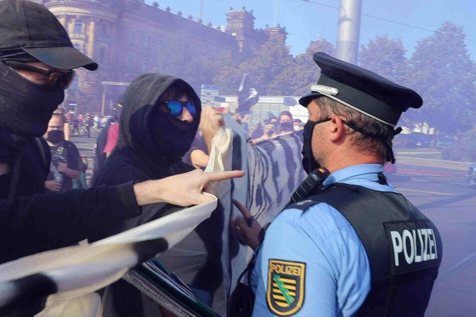 """Provoziert von linken Demonstranten drohte ein Polizist in Dresden im September 2020: """"Schubs mich und du fängst dir ne Kugel."""" Danach fasste er an seine Dienstwaffe."""