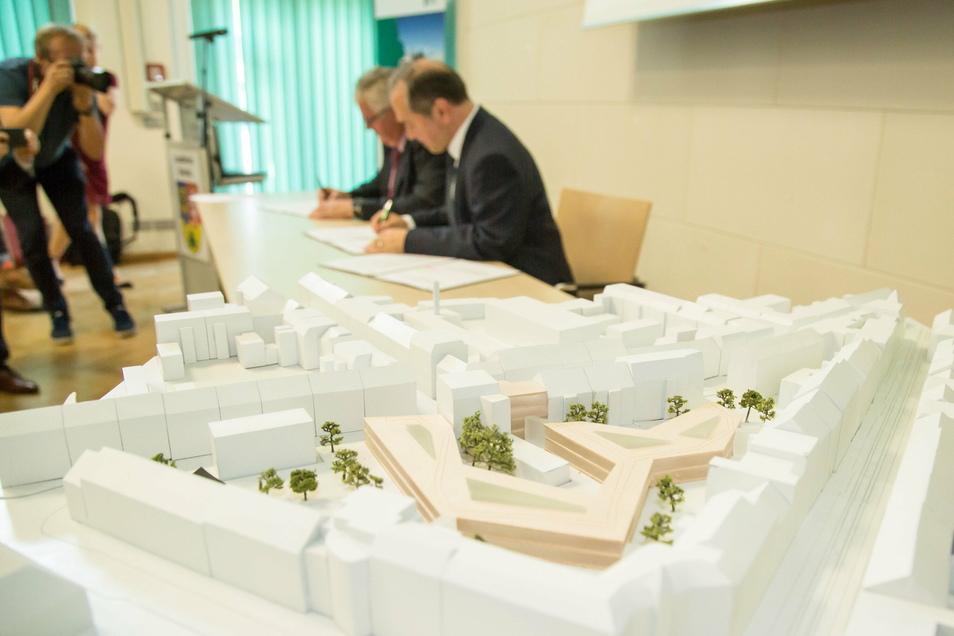 Landrat Bernd Lange und der Görlitzer Oberbürgermeister Octavian Ursu unterzeichnen die Vereinbarung zur Erweiterung des Landratsamtes.
