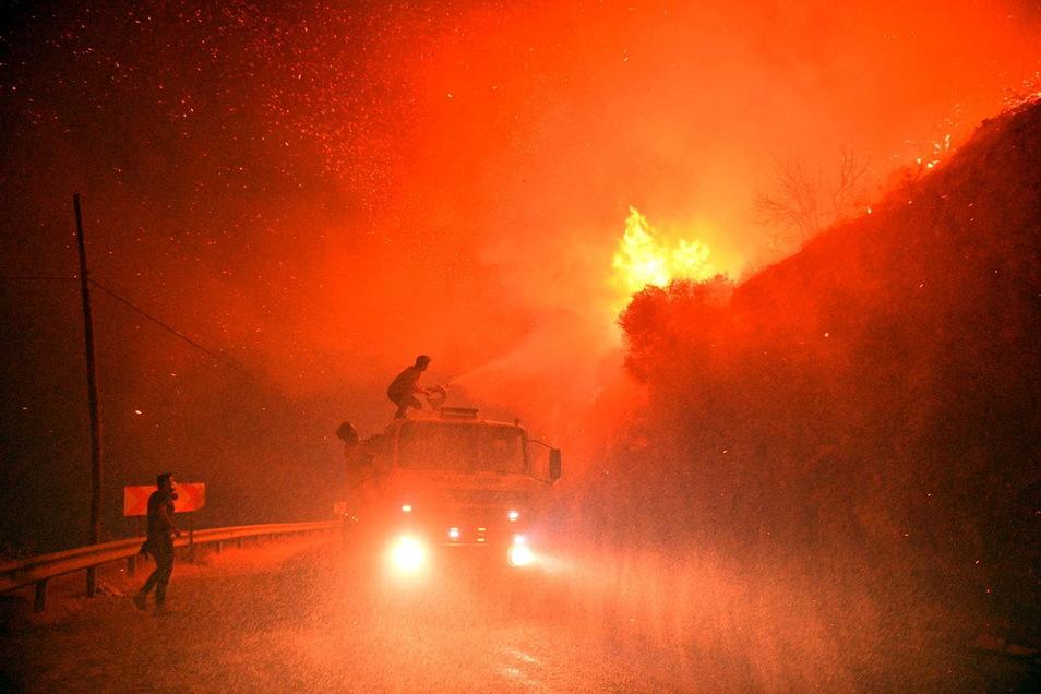 Türkei, Mugla: Feuerwehrleute kämpfen gegen die Flammen. Massiven Waldbrände sind vor 10 Tagen in den südlichen und südwestlichen Küstenstädten der Türkei ausgebrochen.