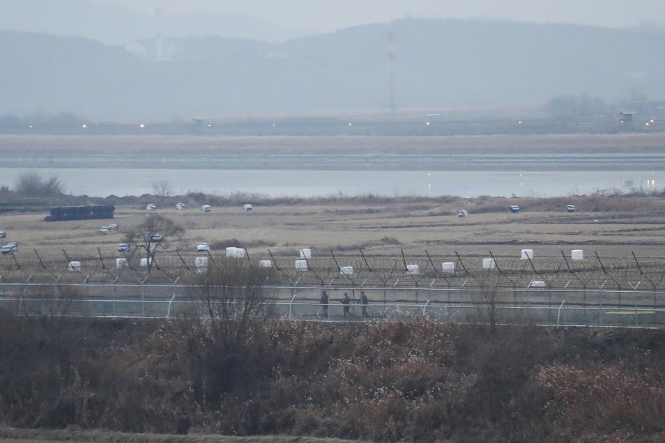 Soldaten der südkoreanischen Armee patrouillieren entlang eines Stacheldrahtzauns an der koreanischen Grenze.