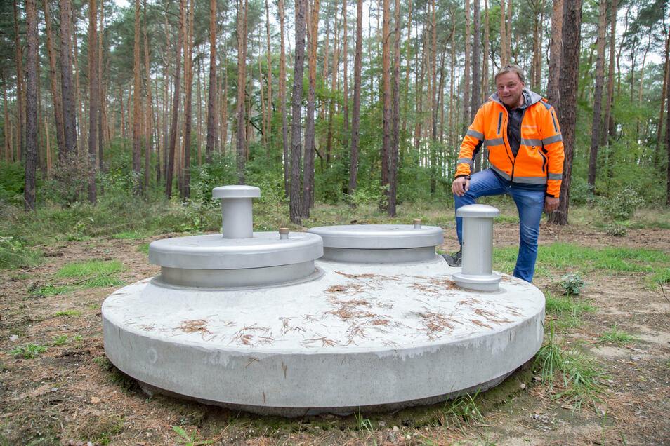 Wassermeister Torsten Eichler aus Niesky vor dem neuen Brunnen, aus dem das Wasser künftig kommen wird. Die Stadtwerke übernehmen den technischen Support für die Anlage.