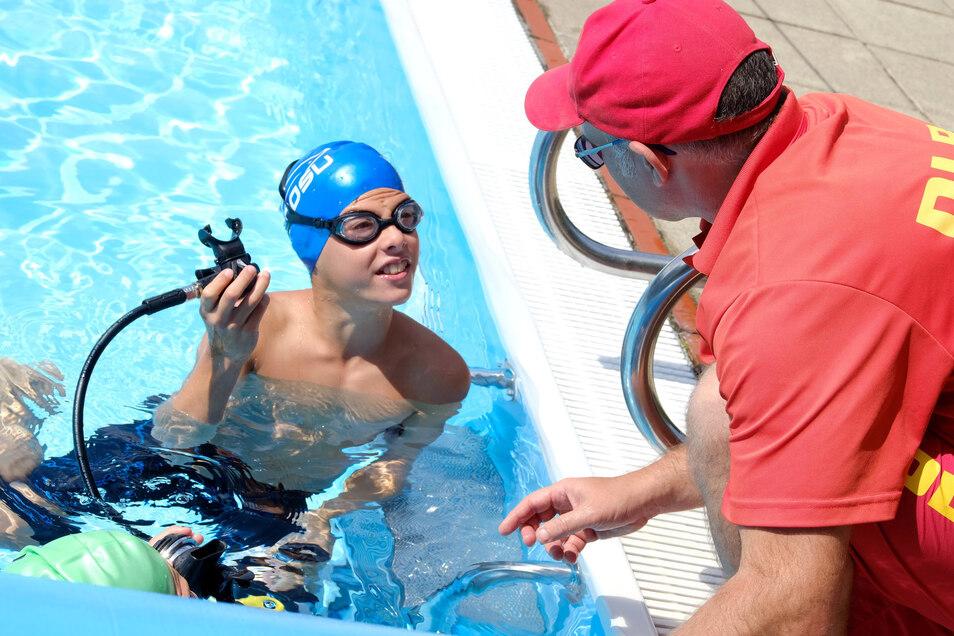Hannes Birke erlernt das Tauchen im Schwimmlager.