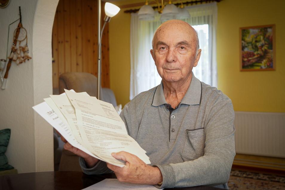Ein großer Stapel Unterlagen zeugt von der Corona-Erkrankung von Günter Hensel aus Sohland. Ein Nachweis über seinen Status als Genesener ist aber nicht darunter.