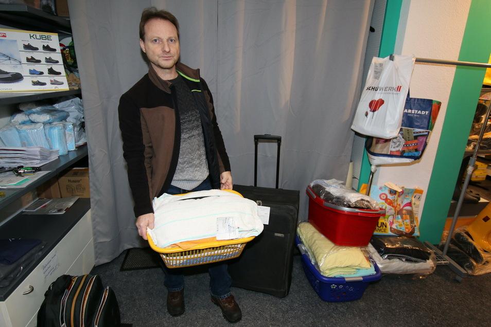 Karsten Müller darf in seinem Leisniger Handelshaus nur Wäsche für eine Reinigung annehmen und zurückgeben. Vom normalen Umsatz, den er auch mit dem Verkauf von Arbeitsschutzkleidung erzielt, ist er weit entfernt.
