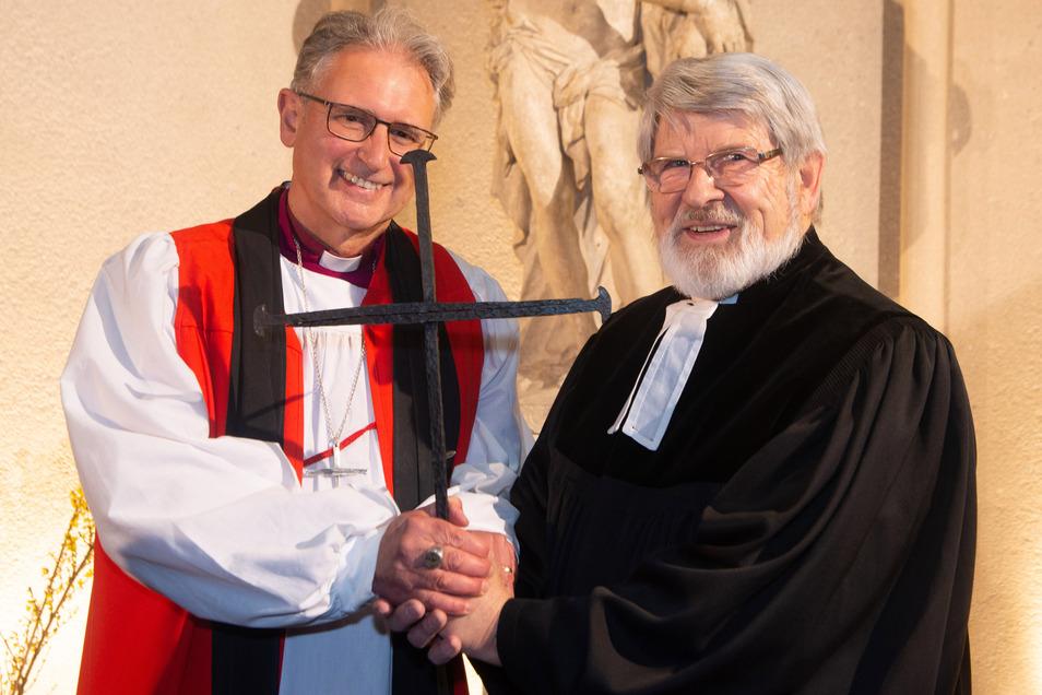 Toleranz, Offenheit und Frieden: Dafür steht das Nagelkreuz aus Coventry. Dresden wurde das fünfte Kreuz verliehen – zur Freude von Christopher Cocksworth und Harald Bretschneider (v.l.).