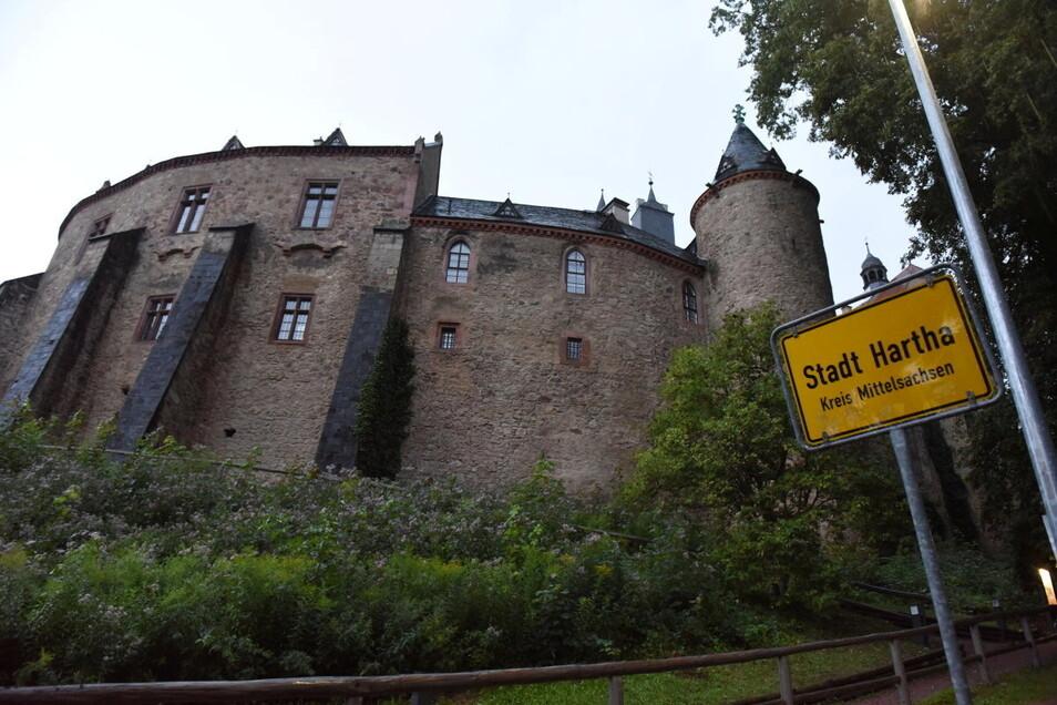 Seit wann hat Hartha eine Burg? Wahrscheinlich in der Nacht zu Sonntag sind die Ortseingangsschilder von Hartha und Kriebethal vertauscht worden.
