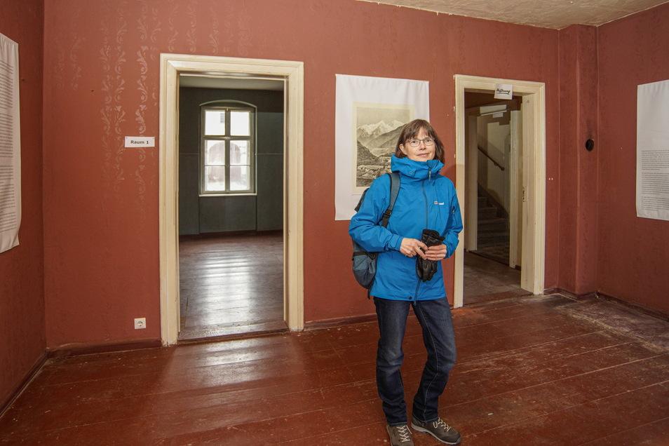"""Dorit Kumpe vom Verein Schwesternhäuser Kleinwelka zeigt die Räume, in denen der Film """"Fabian"""" gedreht worden ist. Die rote Tapete des Wohnzimmers und die grüne der Küche sind noch Kulissen-Relikte."""