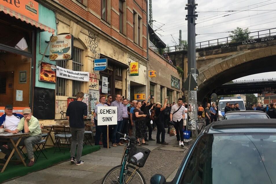 Vor dem Tabakladen am Bischofsweg, der lange dem AfD-Landtagskandidaten Hans-Jürgen Zickler gehörte und nun von seiner Ehefrau geführt wird, kam es zu einem Pfeifkonzert.