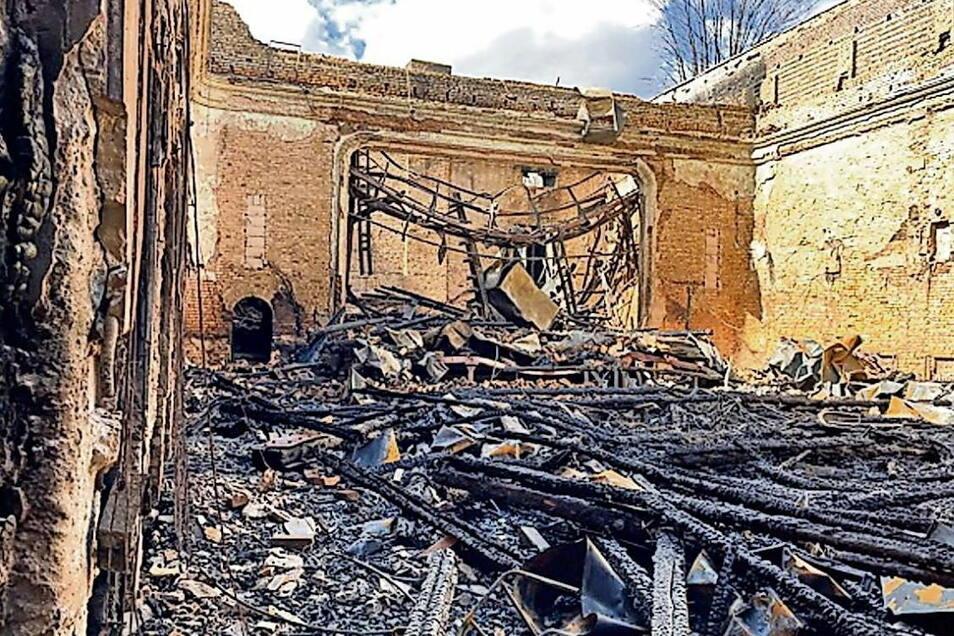 Blick ins Innere vom Volkshaus nach dem Brand: der Saal mit Bühne ist durch die Flammen, die Löscharbeiten und das heruntergefallene Dach komplett zerstört.