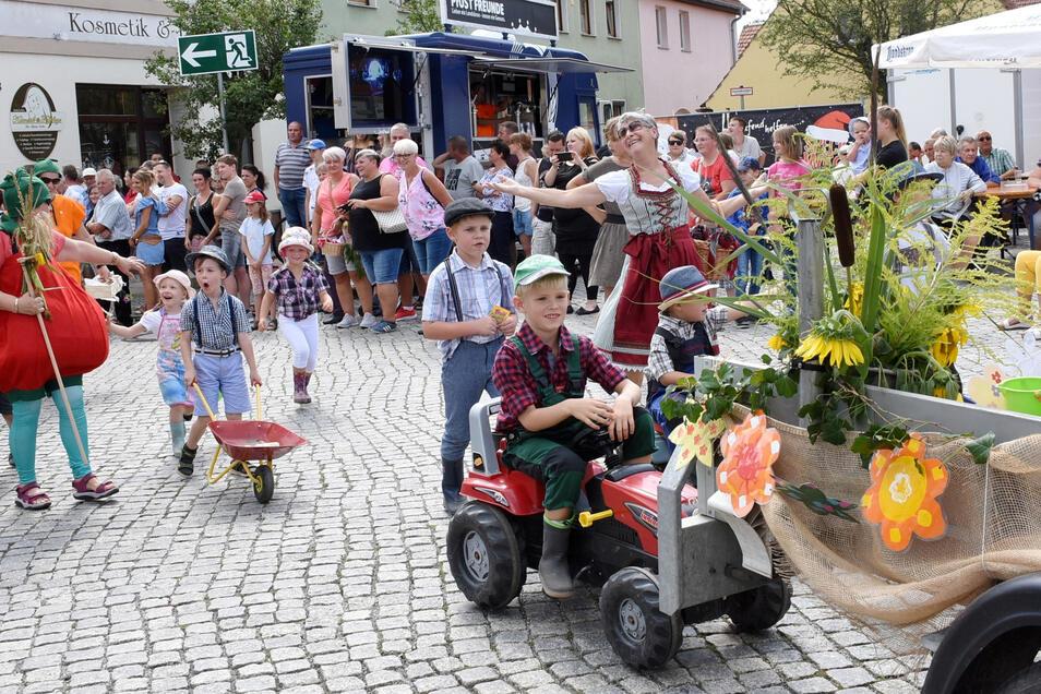 Das bunte Schaubild des Kinderlandes Uhsmannsdorf zeigt fleißige Gärtner bei der Arbeit während des Festumzuges am Sonntagnachmittag auf dem Markt in Rothenburg,