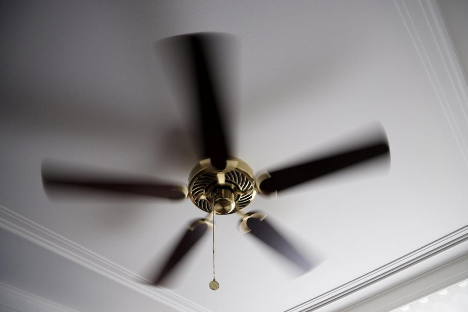 Funktioniert auf Seilzug: der Ventilator an der hinterleuchteten Decke.