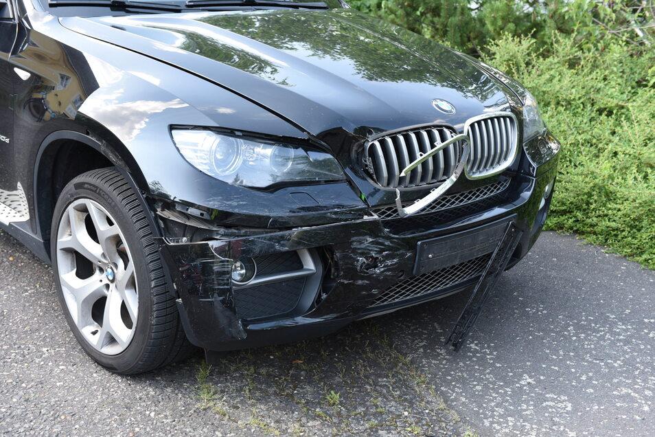 Der 38-jährige BMW-Fahrer übersah an der Zehrener Kreuzung einen Motorradfahrer. Dieser krachte daraufhin gegen den BMW und wurde anschließend auf die Straße geschleudert. Das Motorrad prallte gegen eine Hauswand. Schwerverletzt wurde der 22-Jährige Kradf