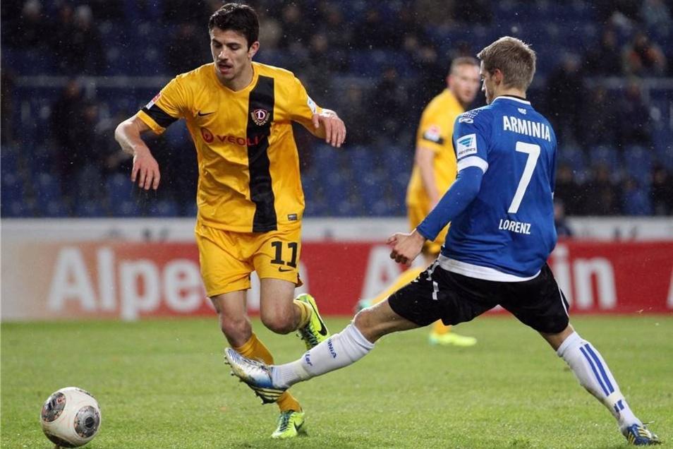 Marc Lorenz (r) im Kampf um den Ball mit dem Dresdener Anthony Losilla (l).
