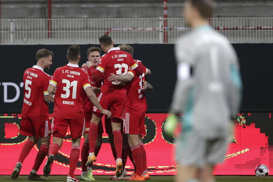 Union Berlin feiert das 1:0 durch Grischa prömel. Manuel Neuer Spieler jubeln über den Treffer zum 1:0. Für Bayern-Torhüter Manuel Neuer war es bereits das 17. Gegentor der Saison.