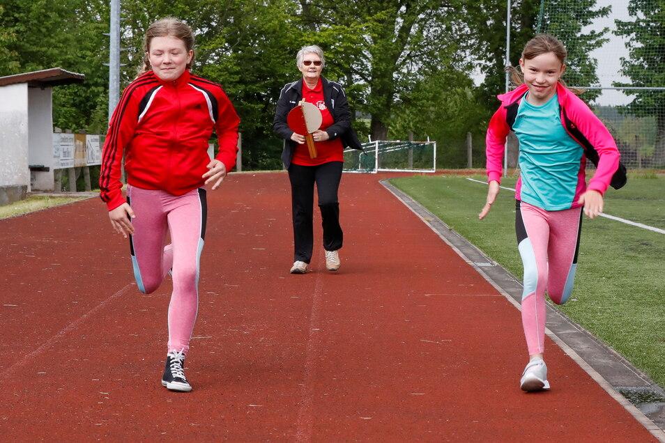 Johanna (links, 10 Jahre) und Amelie (11) sprinten in eine neue - hoffentlich coronafreie - Saison.