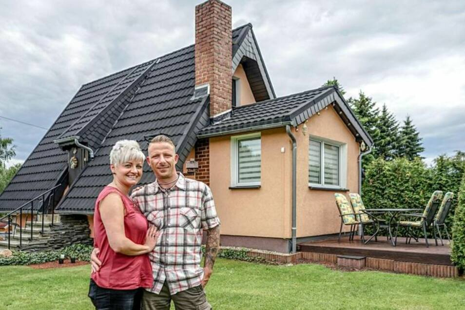 Einst hat Lutz Grindel in dem kleinen Haus am Cunewalder Schulweg gelebt. Jetzt vermieten er und seine Partnerin Anett Kirschstein es als Ferienunterkunft.
