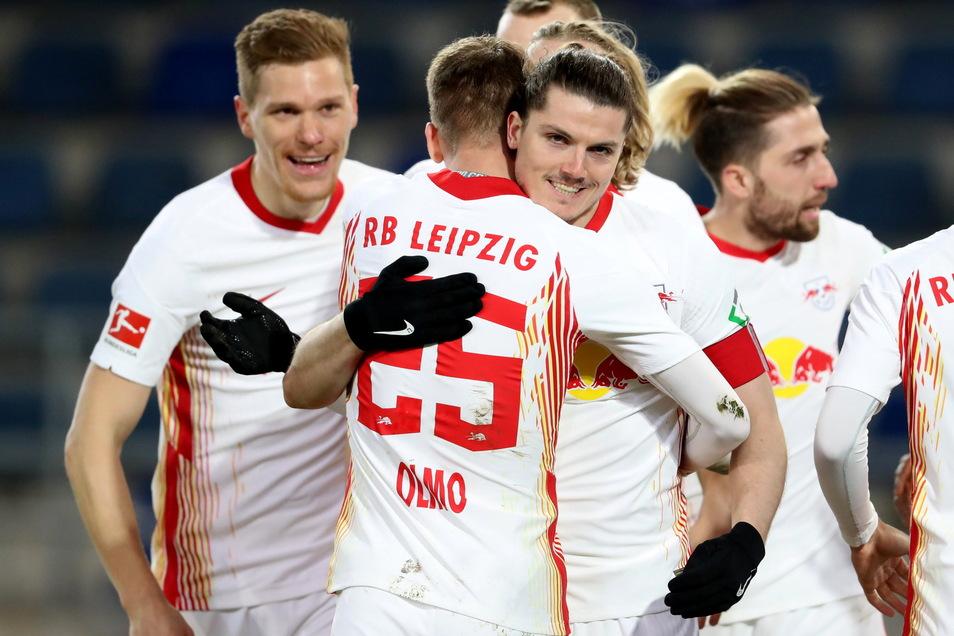 Marcel Sabitzer (M) jubelt nach seinem Treffer zum 0:1 mit seinem Teamkollegen Leipzigs Dani Olmo (2.v.l.).