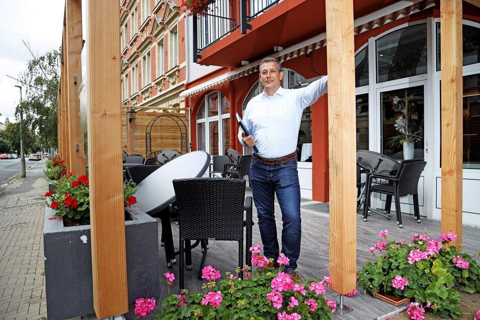 Neu gemacht: Jürgen Gollos zeigt den Außen-Sitzbereich an der Hohen Straße.