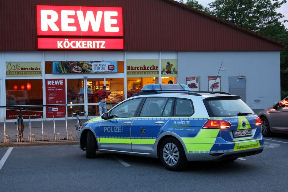 Vor dem Rewe-Einkaufsmarkt in Pirna-Copitz kam es jetzt zu einem Vorfall, bei dem ein Pirnaer mit einer Eisenstange bedroht wurde.