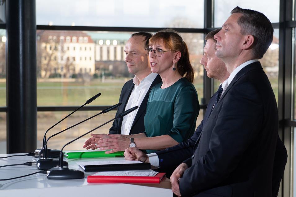 Verkünden die Einigung: (v.l.) Grünen-Fraktionschef Wolfram Günther, Grünen-Spitzenkandidatin Katja Meier, Ministerpräsident und CDU-Landeschef Michael Kretschmer und der SPD-Vorsitzende Martin Dulig.