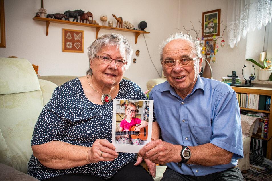 Erika und Wolfgang Janasek sorgen sich sehr um ihre vierjährige Urenkelin Alena, die an Leukämie erkrankt ist. Sie bitten darum, dass sich viele Menschen aus der Region typisieren und in die Stammzellenspenderkartei aufnehmen lassen.