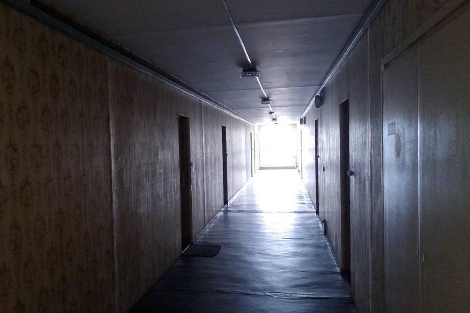 Von finsteren Gängen gehen die Wohnungen ab.