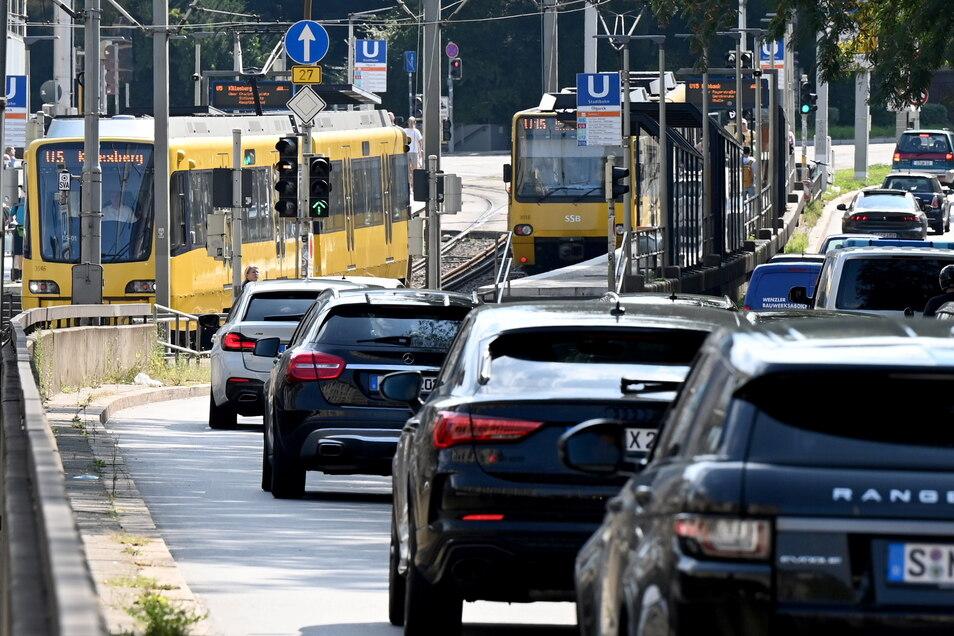Das Auto ist für Pendler in Deutschland auf dem Weg zur Arbeit unverändert das wichtigste Verkehrsmittel.