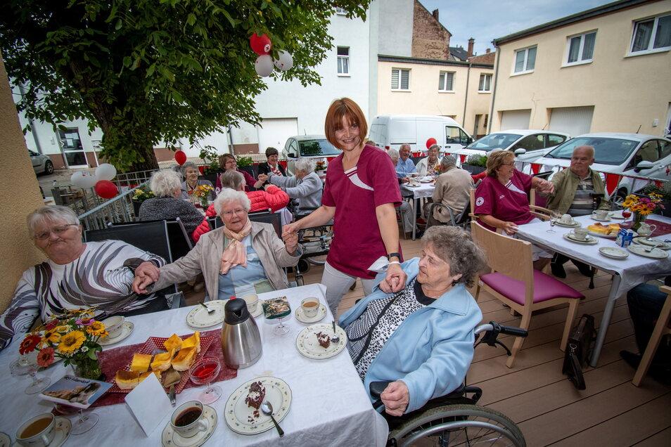 Einen Grund zum Feiern finden die Besucher der DRK-Tagespflege auf dem Werder in Roßwein immer. Jetzt ist die neue Terrasse eingeweiht worden.