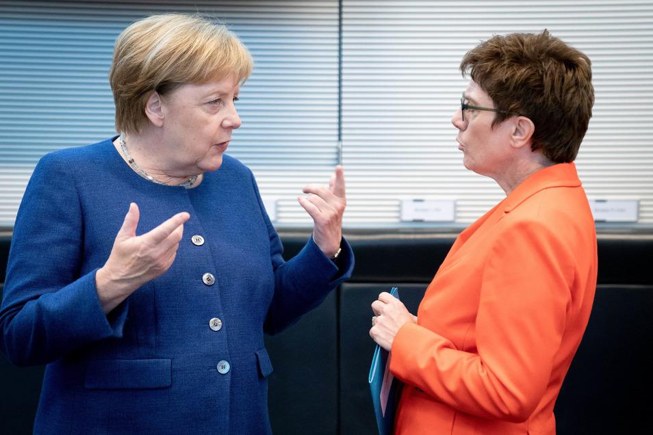 Kanzlerin Angela Merkel (l.) und CDU-Chefin und Verteidigungsministerin Annegret Kramp-Karrenbauer (beide CDU) im Gespräch.