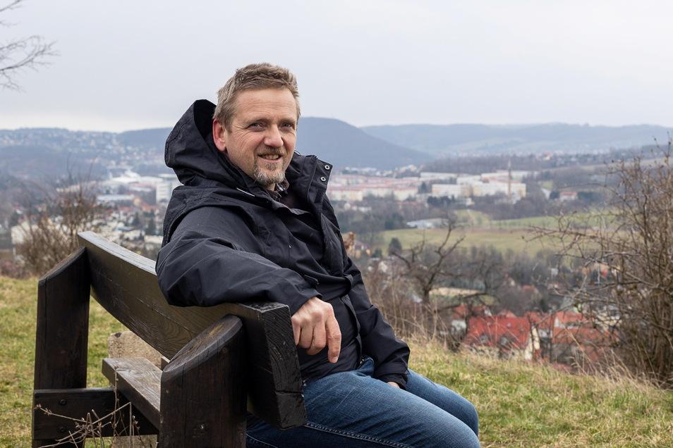Uwe Pfannenschmidt fotografiert Bänke und möchte nun selbst eine aufstellen - bei Freital und mit Aussicht.