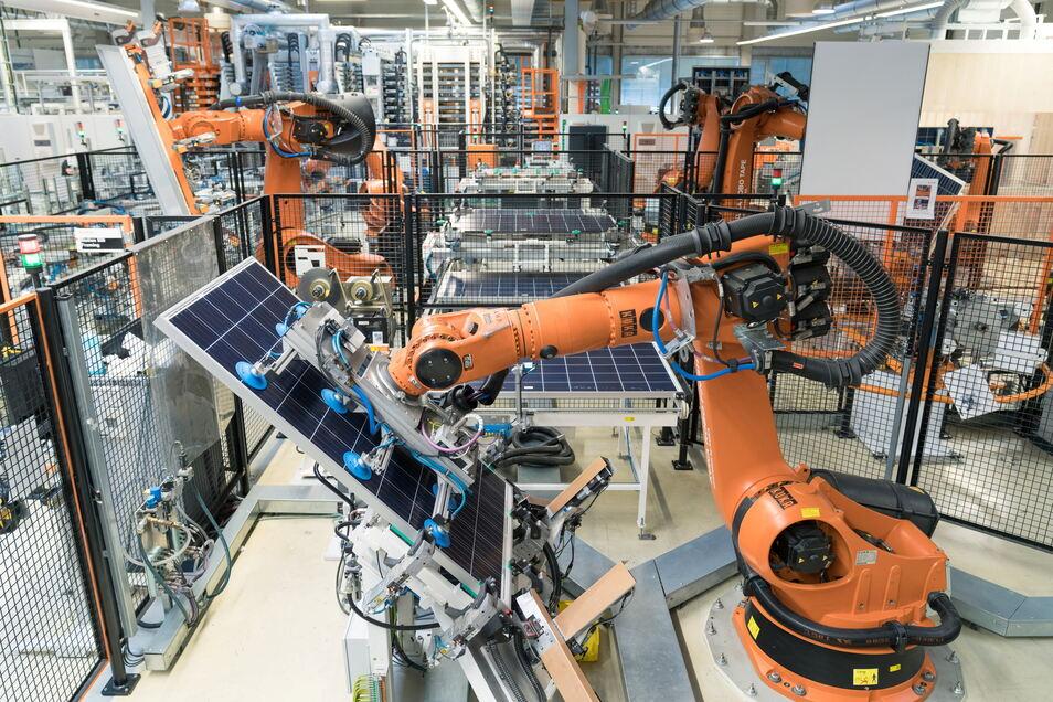Blick in eine Produktionshalle von Solarwatt. Das Dresdner Unternehmen will eng mit dem Autoriesen BMW kooperieren.