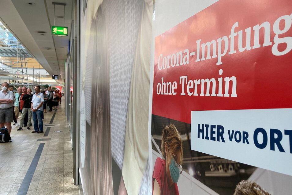 Bei der ersten Impf-Aktion im Kornmarkt-Center in Bautzen bildete sich im Obergeschoss eine Schlange aus Impfwilligen.