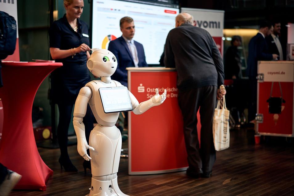 Am Stand der Sparkasse soll ein Roboter die Messebesucher anlocken.