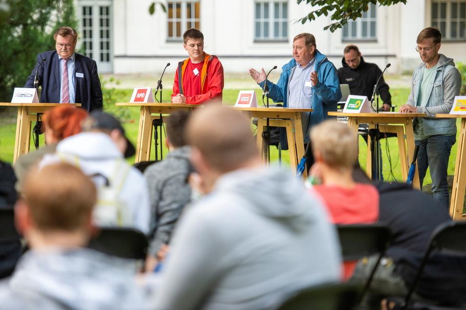 Mehrere Direktkandidaten für den Bundestag waren im Park zu Gesprächen mit den Kindern und Jugendlichen bereit, einige kamen nicht oder ließen sich vertreten. (2/5)