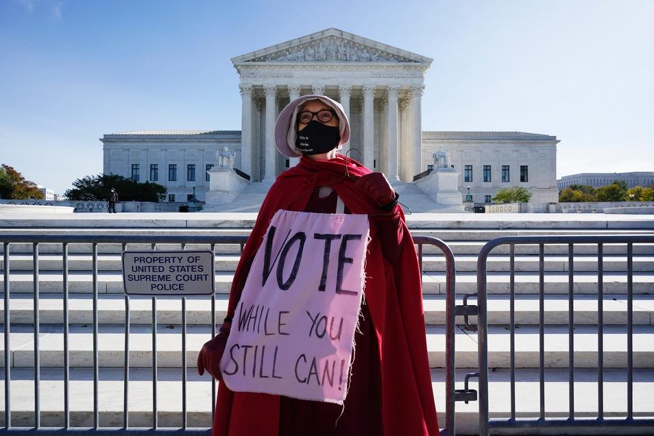 Während die Auszählung der Stimmen noch läuft, will US-Präsident Trump sie vom Obersten Gericht stoppen lassen.