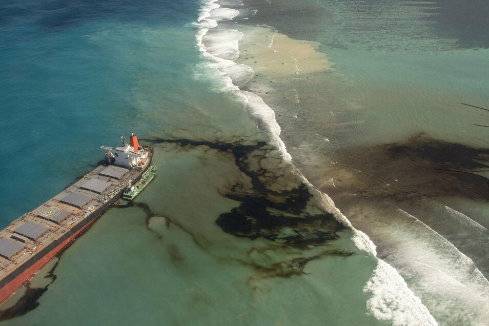 """Der Riss im Rumpf des Frachters, der vor Mauritius auf Grund gelaufen ist, wird immer großer. Die """"Wakashio"""" kann nicht mehr alleine fahren und droht in zwei Teile zu zerbrechen."""
